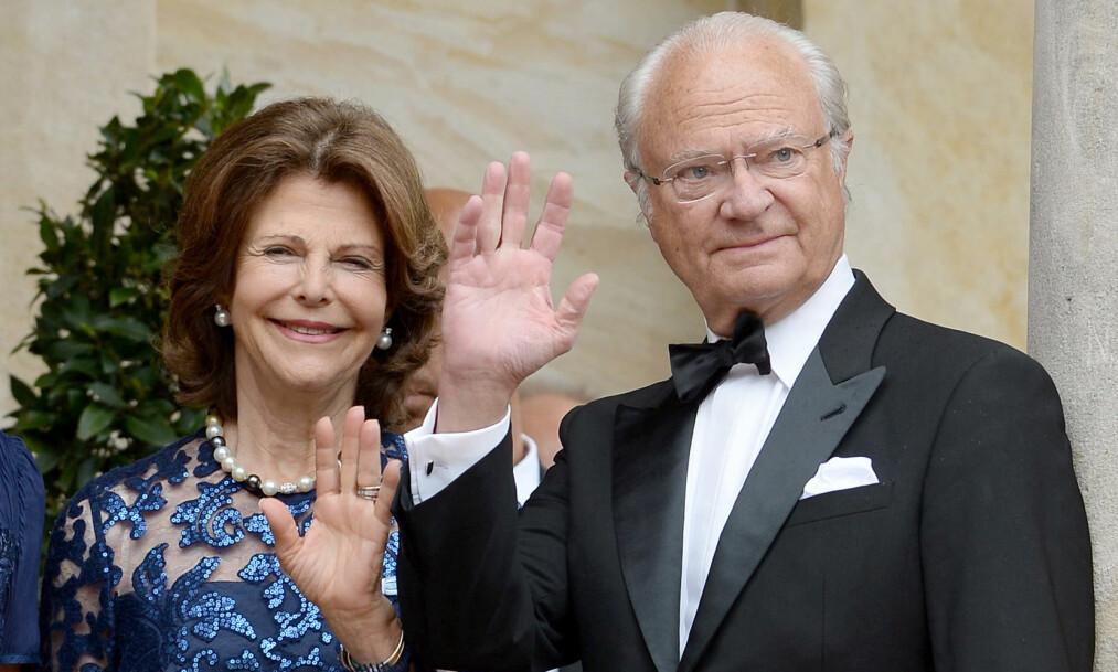 NYBAKTE BESTEFORELDRE: Prinsesse Sofia og Prins Carl Philip ble i dag tidlig foreldre på nytt. Nå har kong Carl Gustaf og dronning Silvia besøkt den nyfødte. Foto: NTB Scanpix