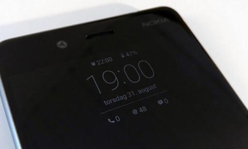 ALLTID PÅ: Nyttig å se hva klokka er og annen kjapp informasjon, uten å måtte låse opp mobilen. Foto: Bjørn Eirik Loftås