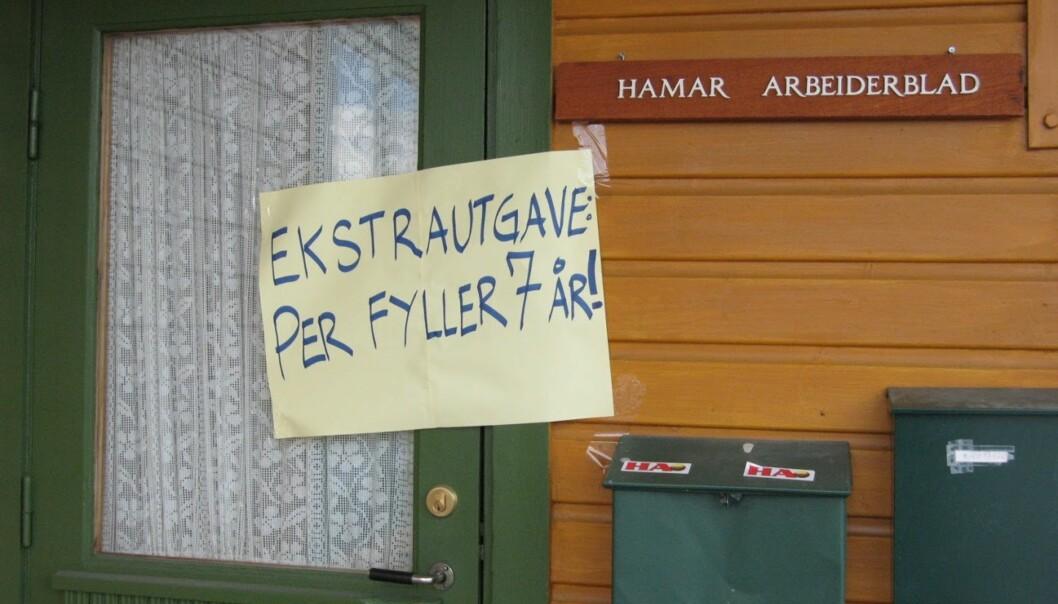 <strong>STORE NYHETER:</strong> Noen har ønsket å gi et stikk til lokalavisa i nattens mulm og mørke. Foto: Bjørn Eirik Loftås