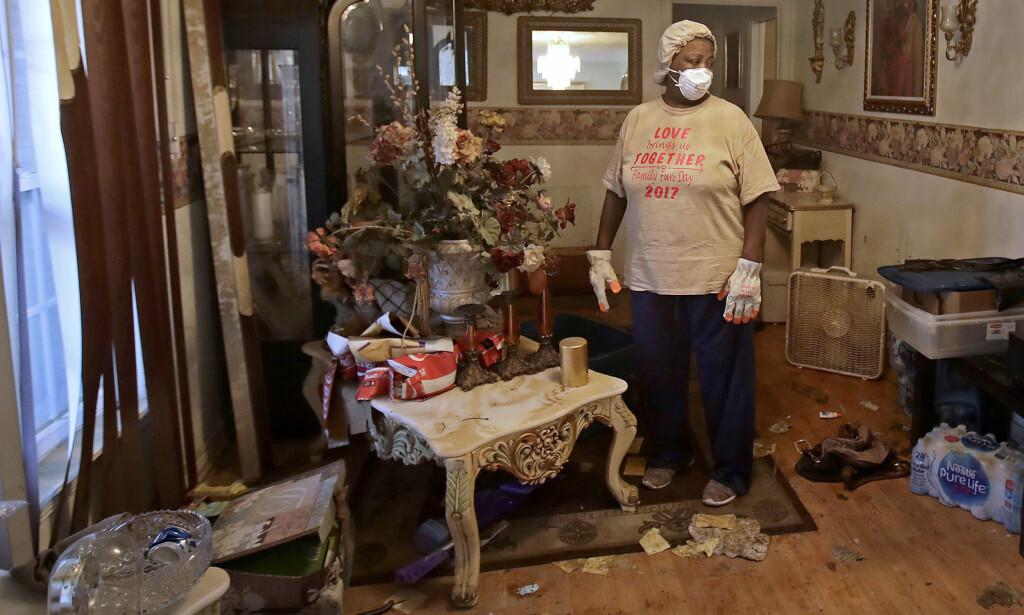 RYDDER: Lois Rose kom hjem til kaos etter at vannet trakk seg tilbake. Foto: AP / NTB Scanpix