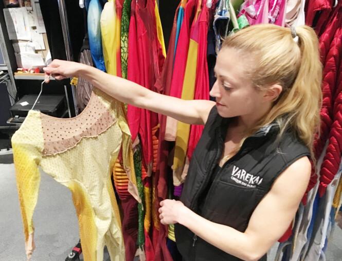 KOSTYMET: Kerren viser frem det håndlagde kostymet hun har på seg under forestillingen. Deler av drakten er belagt av Swarovski-krystaller. Foto: Malini Gaare Bjørnstad