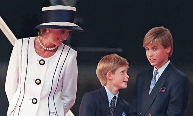 MISTET MOREN: Prins Harry var 12 år og prins William var 15 år da prinsesse Diana døde i bilulykken i Paris i 1997. Foto: NTB Scanpix