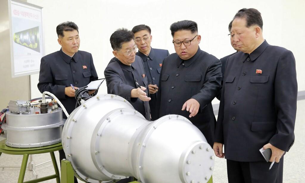 PEANØTTEN: Dette bildet, sluppet av det nordkoreanske propagandabyrået KCNA i går, viser Kim Jong-un og hans rådgivere som kikker på det som kan være hydrogrenbomba landet skal ha utviklet. Bomba har to kamre, og den ene og det ene forestiller første trinn (fisjonstrinnet) og den andre andre trinn (fusjonstrinnet). Foto: KCNA / AFP / NTB scanpix