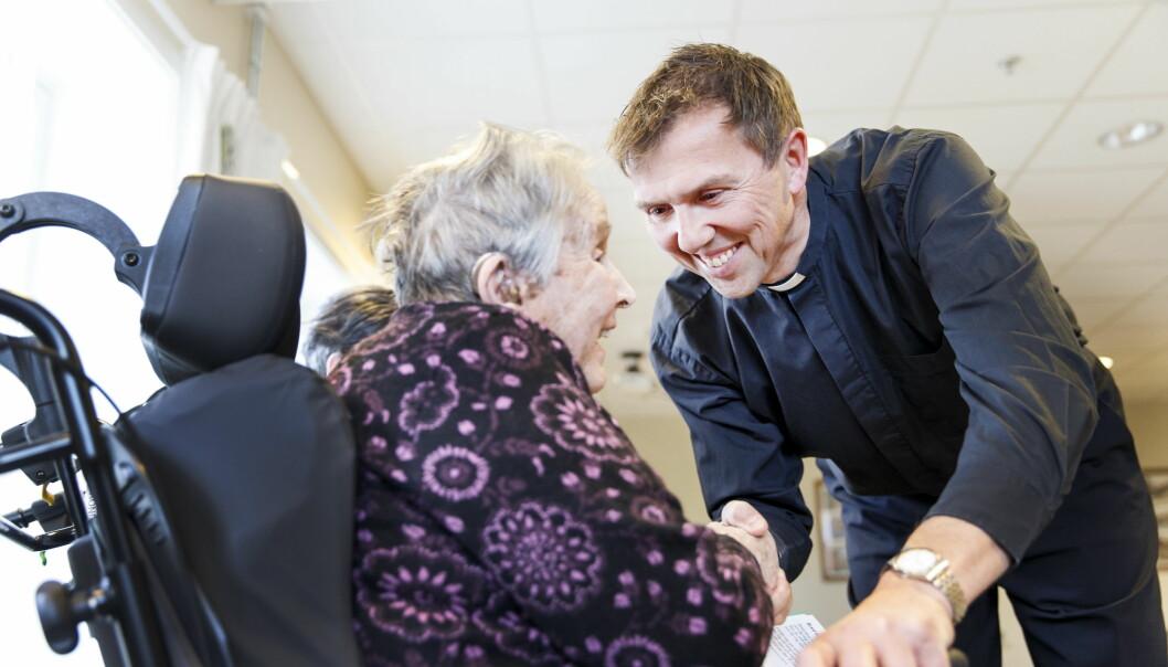 <strong><b>DEN VIKTIGE SAMTALEN:</strong></b> Både unge og eldre trenger noen å prate med. Noen steder, som dette eldresenteret i Trondheim, har institusjonsprester som tar en prat med de gamle. Foto: Gorm Kallestad / NTB scanpix