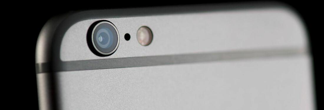 MYSTISK: Det er mange som ikke vet hva det lille «hullet» mellom kameraet og blitzen er på iPhonen. Vi har svaret! FOTO: Scanpix