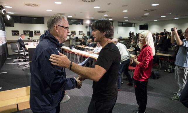 TOPPMØTE: Lars Lagerbäck hilste på Joachim Löw på pressekonferansen etter kampen. Han fikk muligens noen trøstens ord. Foto: Bjørn Langsem / Dagbladet