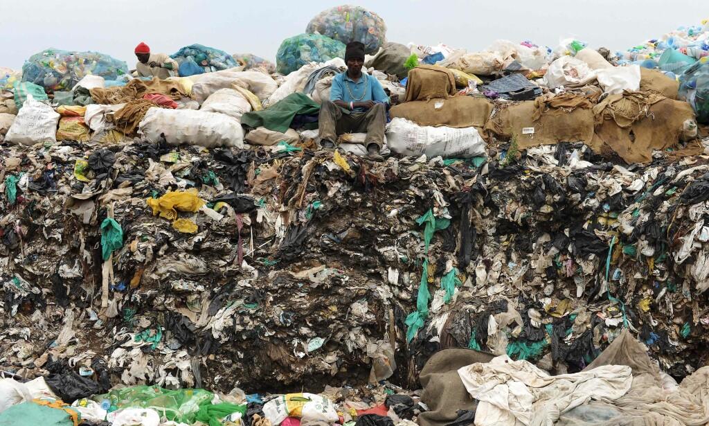 PLASTBERG: Plastavfall er definert som Kenyas største enkeltstående miljøproblem. Hundre millioner plastposer forlater supermarkedene i landet hvert eneste år, og ender gjerne opp i naturen som søppel. Nå er plastposene totalforbudt. Foto: NTB Scanpix