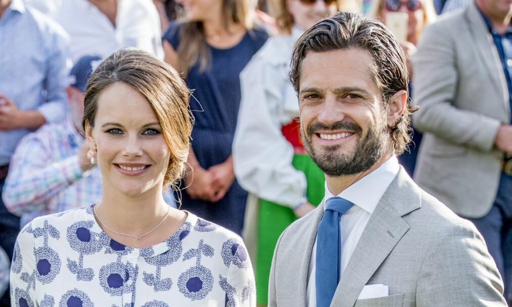 TOBARNSFORELDRE: Prinsesse Sofia og prins Carl Philip viser stolt frem sin nye øyensten, prins Gabriel. Foto: Shutterstock