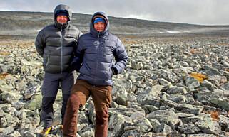 FUNNSTEDET: Einar Åmbakk (til høyre) og turkamerat Geir Inge Follestad der de fant sverdet. Foto: Espen Finstad, Secrets of the Ice/Oppland Fylkeskommune