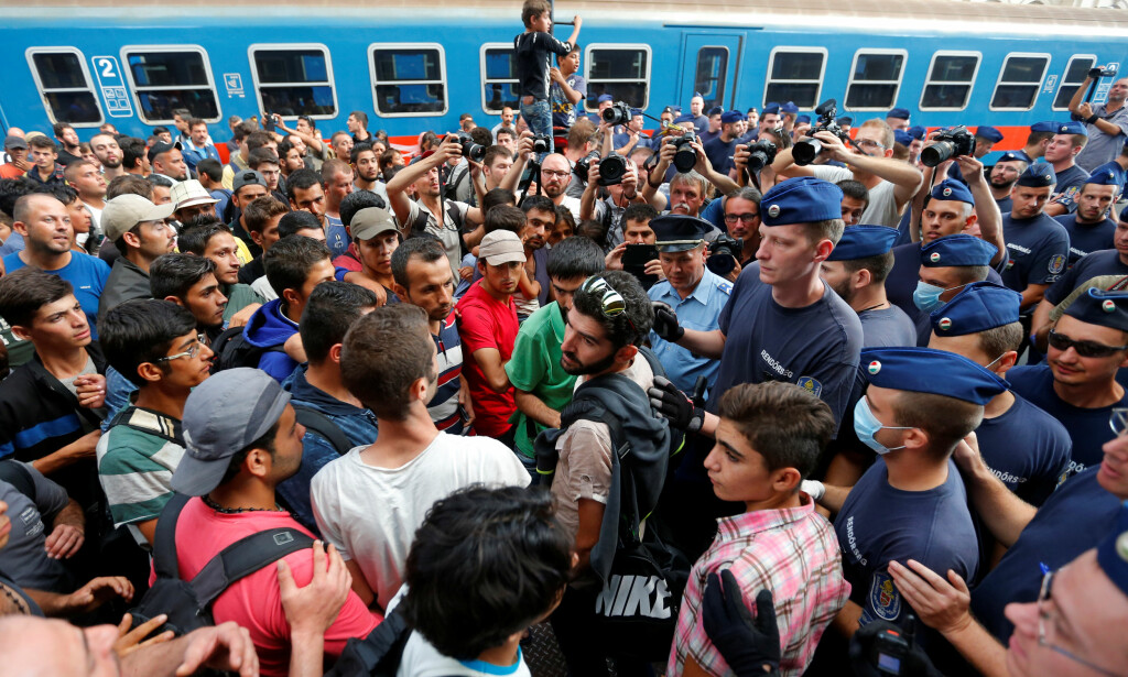 KRISE: EU har vedtatt at Ungarn og Slovakia må ta imot asylsøkere fra Hellas og Italia, noe de nektet. Nå ar EU-domstolen slått fast at kvotene er lovlige. Her under flyktningkrisa i Ungarn i 2015. Foto: Reuters/Laszlo Balogh/NTB scanpix