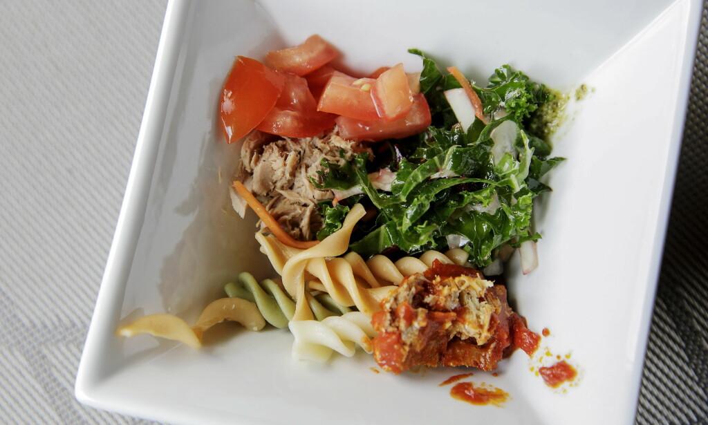 SALAT: Lars Barmen valgte blant annet råkost, grønnkål, makrell i tomat, pastaskruer, tunfisk og tomater. Denne kostet 11 kroner.