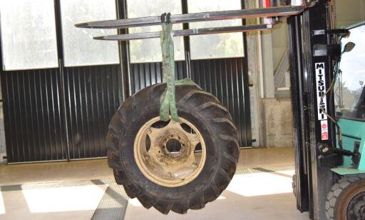 image: Se sjokkbildene: Da tollerne fikk se hva som var gjemt i traktordekket, gikk det trill rundt for dem