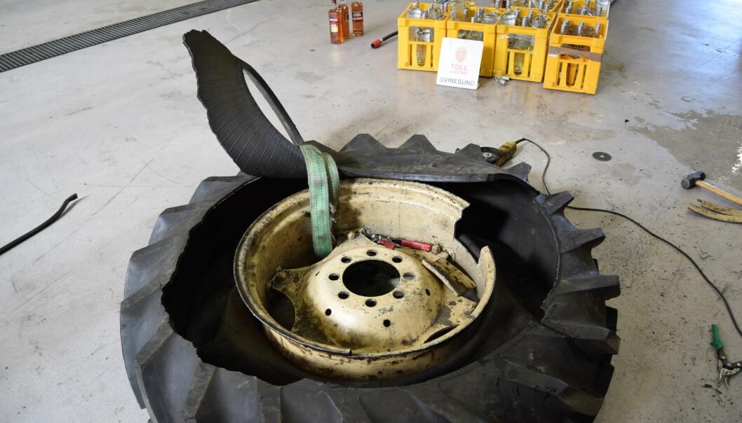 OPPKLART: Totalt var 423 liter brennevin gjemt i de seks traktordekkene. Foto: Tollvesenet