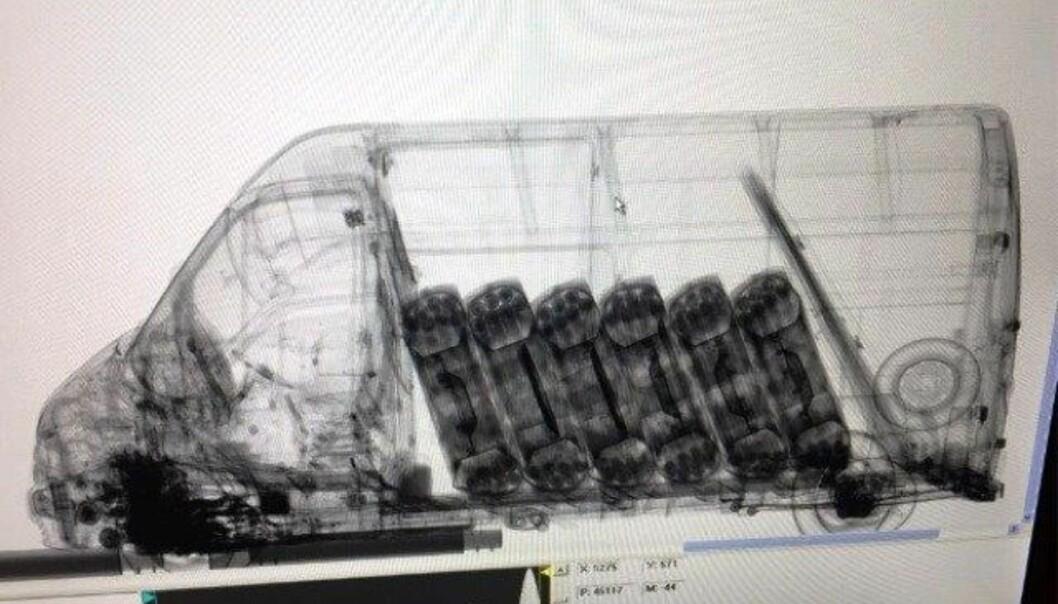 SCANNER: Tollvesenets avanserte scanner viser her flaskene som var gjemt i traktordekk i varebilens lasterom. Foto: Tollvesenet
