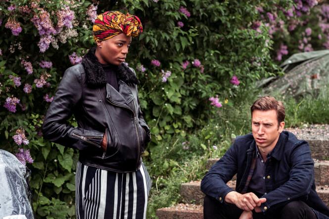 <strong>FORVIKLINGER:</strong> Tinashe Williamson og Herbert Nordrum spiller samboere i TV-serien «Melk» på TV3. Han har barn med både samboeren og eksdama - som ble mødre på samme tid. Foto: TV3