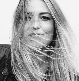 UTFORDRET SEG SELV: Fotograf Johanna Siring utfordret seg selv til å kysse fremmede under Roskildefestivalen. Foto: Johanna Siring