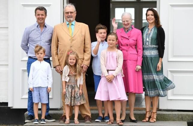TRONARVING: Karin Lennmor mener at dronning Margrethe bør abdisere og overlate tronen til kronprins Frederik. Her er kronprinsen sammen med prinsen og dronningen, og sin kone kronprinsesse Mary og deres fire barn, prins Christian, prinsesse Isabella, prinsesse Josephine og prins Vincent. Foto: Shutterstock