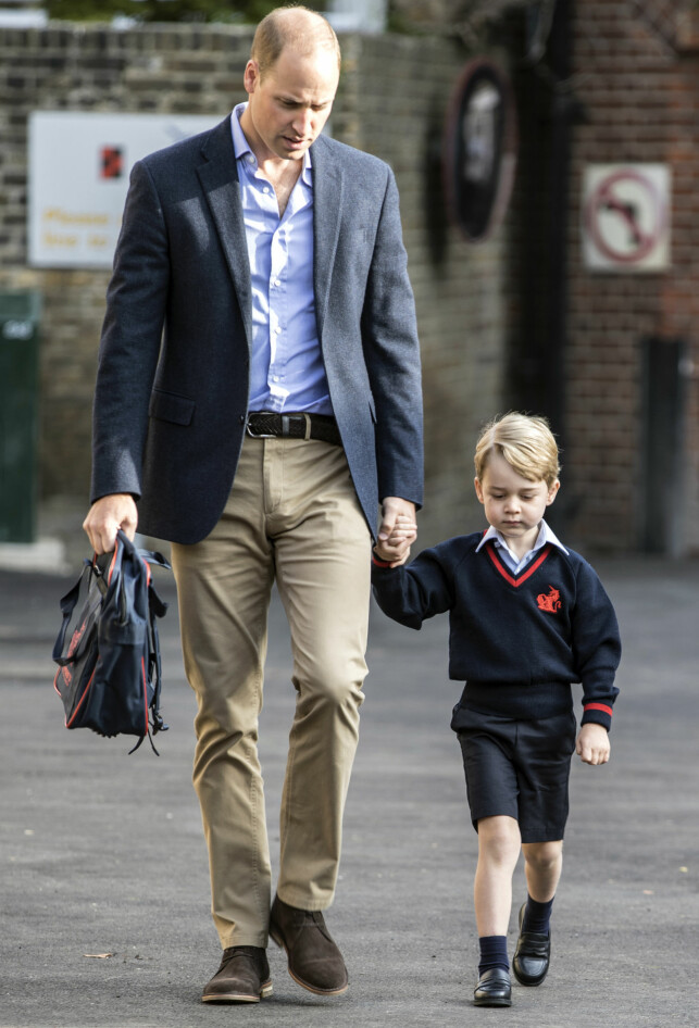 STILTE OPP: Selv om hertuginne Kate ikke orket å følge sønnen til første skoledag, stilte pappa William opp. Her er far og sønn på vei mot skolen torsdag morgen. Foto: NTB scanpix