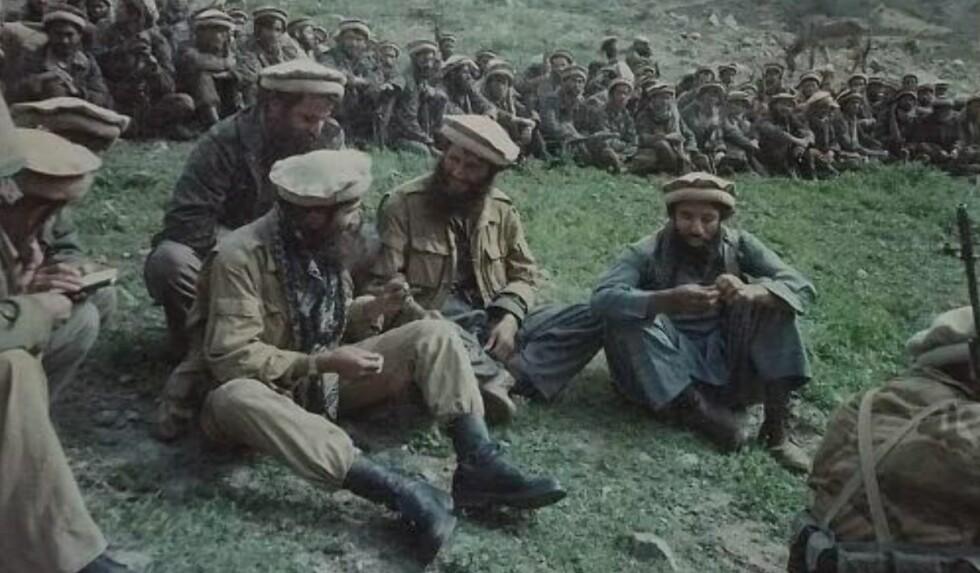 GODE MINNER: Abdullah Anas (midten) er her i Panshirdalen i Afghanistan i 1985, sammen med andre såkalte hellige krigere (mujahidin). - En fantastisk tid i det som var en ordentlig krig, uten drap og kidnappinger av sivile slik det dessverre er i dag, sier Anas. Foto: Privat