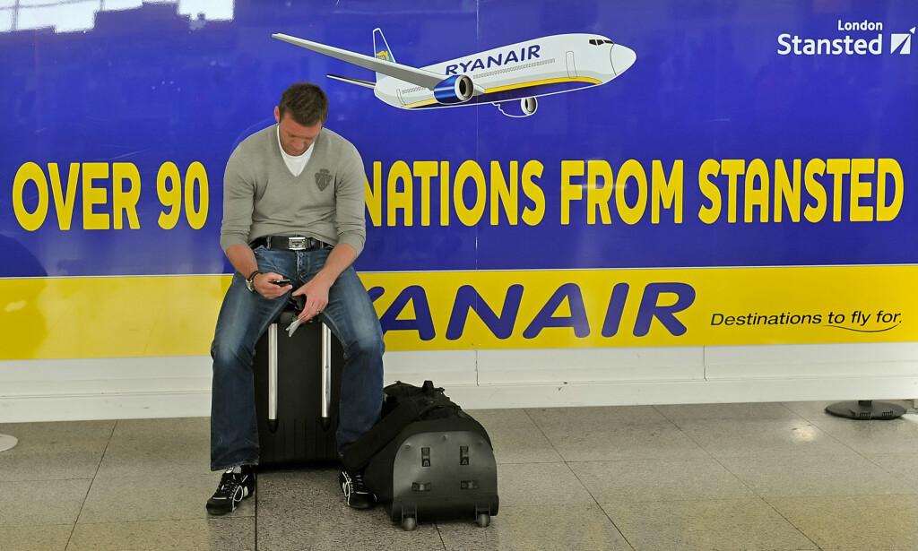 NEI, NÅ MÅ DU SETTE IGJEN HÅNDBAGASJEN VED GATE: Ryanair har problemer med forsinkelser fordi passasjerene har med seg for mye håndbagasje. Nå skjerper de reglene og lr deg kun ha med en liten bag eller veske om bord. Trillekofferten må du la stå igjen. Foto: AFP PHOTO/Leon Neal/NTB Scanpix