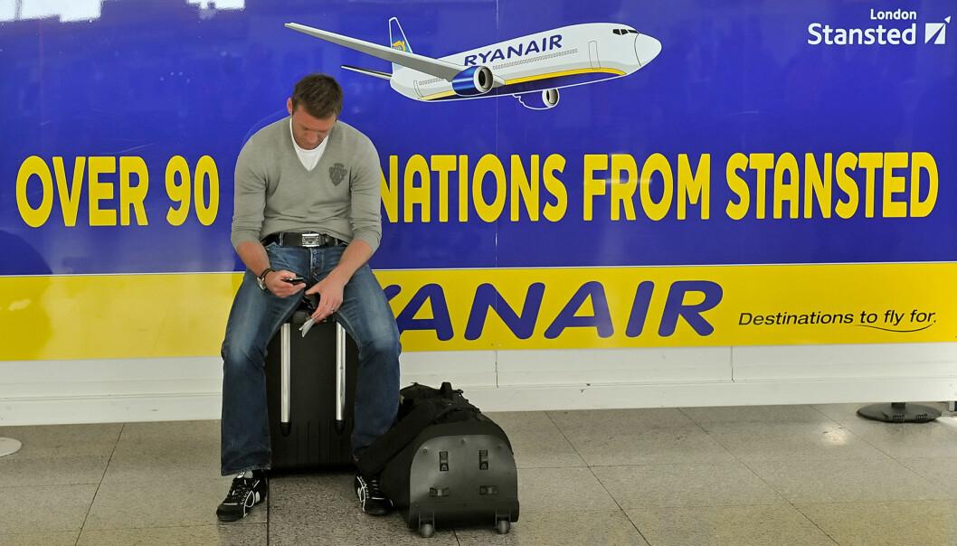 <strong>NEI, NÅ MÅ DU SETTE IGJEN HÅNDBAGASJEN VED GATE:</strong> Ryanair har problemer med forsinkelser fordi passasjerene har med seg for mye håndbagasje. Nå skjerper de reglene og lr deg kun ha med en liten bag eller veske om bord. Trillekofferten må du la stå igjen. Foto: AFP PHOTO/Leon Neal/NTB Scanpix