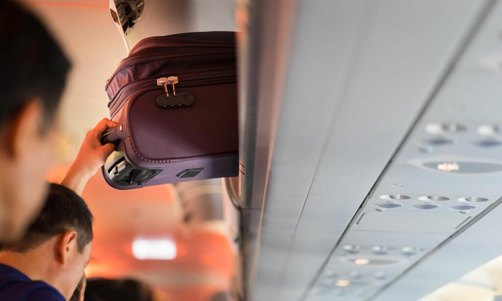 SKJERPER REGLENE: Ryanair reklamerer for at du nå kan sende tyngre koffert som innsjekket bagasje til en billigere penge. Det de ikke snakker så høyt om, er at du ikke lenger får ta med deg trillekofferten inn på flyet - om du ikke betaler ekstra for det. De skylder på at alle reisende med så mye håndbagasje folk har med seg, fører til forsinkelser. Foto: Shutterstock/NTB Scanpix