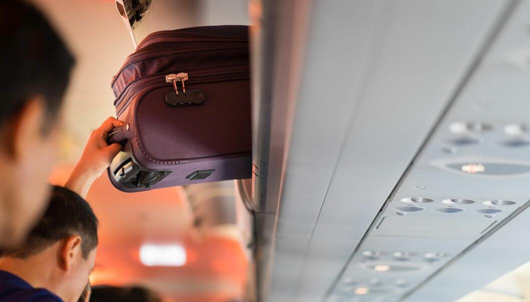 <strong>SKJERPER REGLENE:</strong> Ryanair reklamerer for at du nå kan sende tyngre koffert som innsjekket bagasje til en billigere penge. Det de ikke snakker så høyt om, er at du ikke lenger får ta med deg trillekofferten inn på flyet - om du ikke betaler ekstra for det. De skylder på at alle reisende med så mye håndbagasje folk har med seg, fører til forsinkelser. Foto: Shutterstock/NTB Scanpix