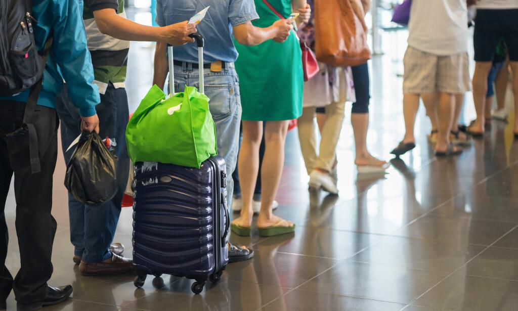 NEI TIL KOFFERT OG VESKE: Har du ikke betalt for prioritert ombordstigning, må du sette igjen trillekofferten ved gate. Hvis du nekter, får du ikke fly. Foto: Shutterstock/NTB Scanpix