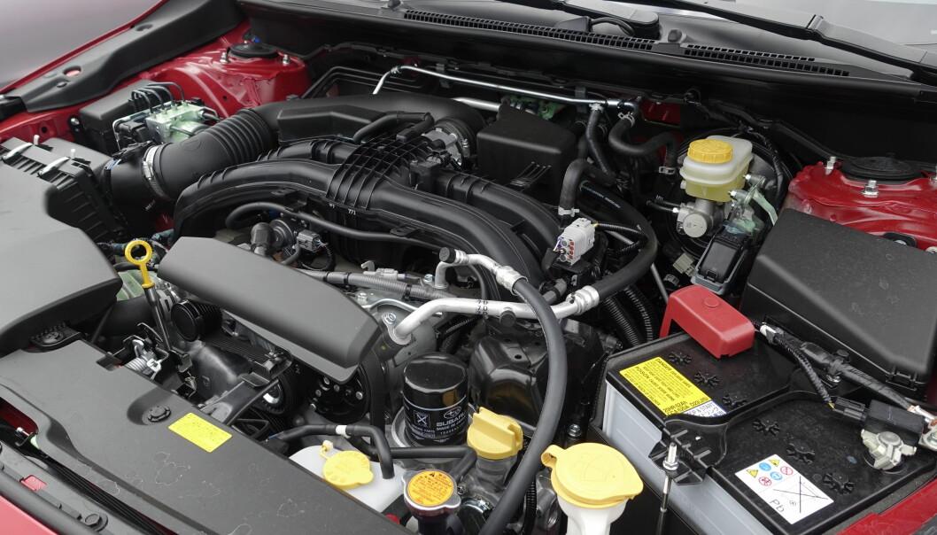 <strong>SIKKERHET OG TYNGDEPUNKT:</strong> Subaru bruker sikkerhet som et stort argument for bruk av den lave Boxermotoren. Den vil skyves under bilen ved en kollisjon. For kjøreegenskapene er det bra at den har et lavt tyngdepunkt. Foto: Rune M. Nesheim