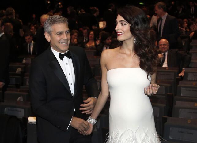 SLITEN: George og Amal giftet seg i 2014 og nå er de blitt foreldre. De trives begge svært godt i rollene, men avslører at det tærer på kroppen. Her er det berømte paret sammen på rød løper tidligere i år. Foto: AP