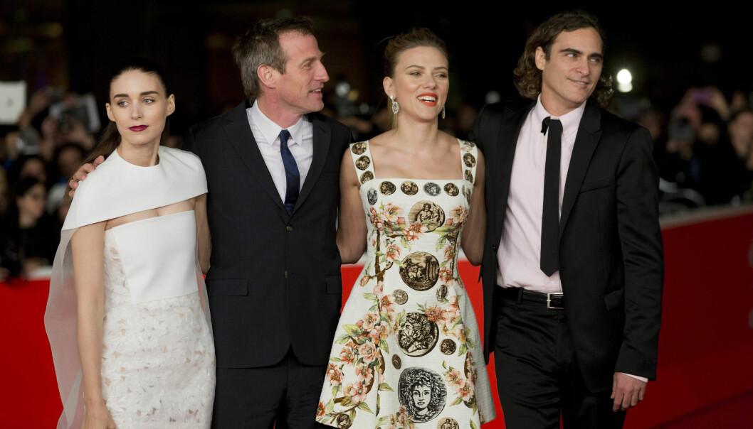 <strong>PÅ RØD LØPER SAMMEN:</strong> Rooney Mara, Spike Jonze, Scarlett Johansson og Joaquin Phoenix under screeningen av filmen Her under den internasjonale filmfestivalen i Roma i november 2013. Foto: NTB Scanpix