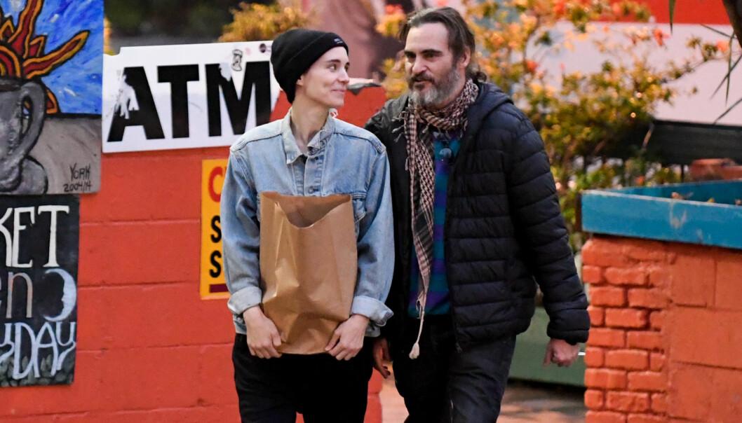 <strong>FØRSTE BILDET:</strong> De to filmstjernene smilte og lo mens de trasket nedover gatene i Los Angeles begynnelsen av februar. Foto: NTB Scanpix