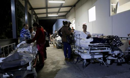 BEREDSKAP: Det er varslet tsunami langs store deler av Mexicos sørlige kyst og i hele Mellom-Amerika. Her utenfor et sykehus sør i landet i dag tidlig norsk tid. Foto: REUTERS/Imelda Medina/NTB Scanpix