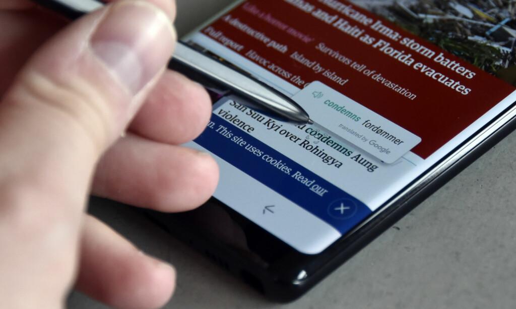 KJEKKE FUNKSJONER: En av funksjonene du får med S Pen er muligheten til å holde tuppen over et ord på skjermen for å se hva ordet betyr. Foto: Pål Joakim Pollen