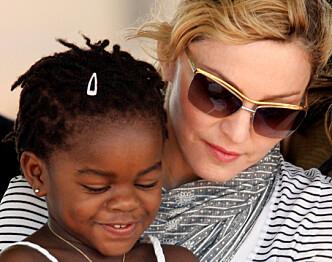 <strong>VANSKELIG PROSESS:</strong> Madonna adopterte dattera Mercy James i 2009. Her avbildet året etter. Foto: Reuters / NTB scanpix