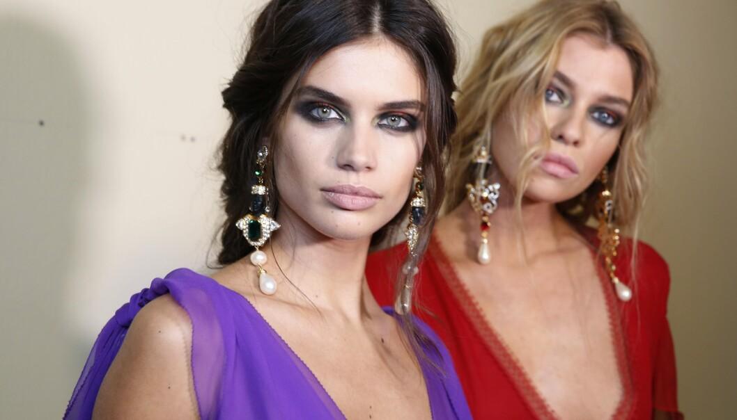 SOTEDE ØYNE: Modellene Sara Sampaio og Stella Maxwell er klare for catwalken med sine sotede øyne! FOTO: NTB Scanpix