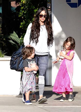 OUT AND ABOUT: Megan Fox med sønnene Noah (t.h.) og Bodhi (t.v.) på vei til parken i Malibu tidligere i år. Foto: NTB Scanpix