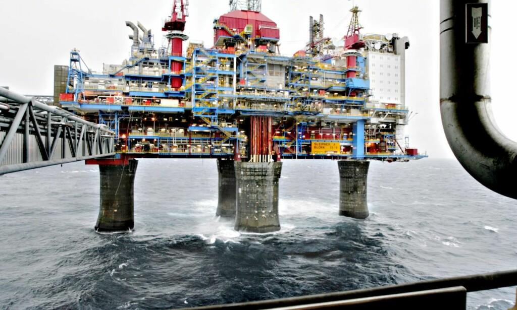 BÆREBJELKE: Handlingsregelen har vært en bærebjelke for den økonomiske politikken i denne perioden, men oljeinntektene vil falle både på grunn av nedadgående produksjonsvolum og lave priser. Foto: Espen Røst