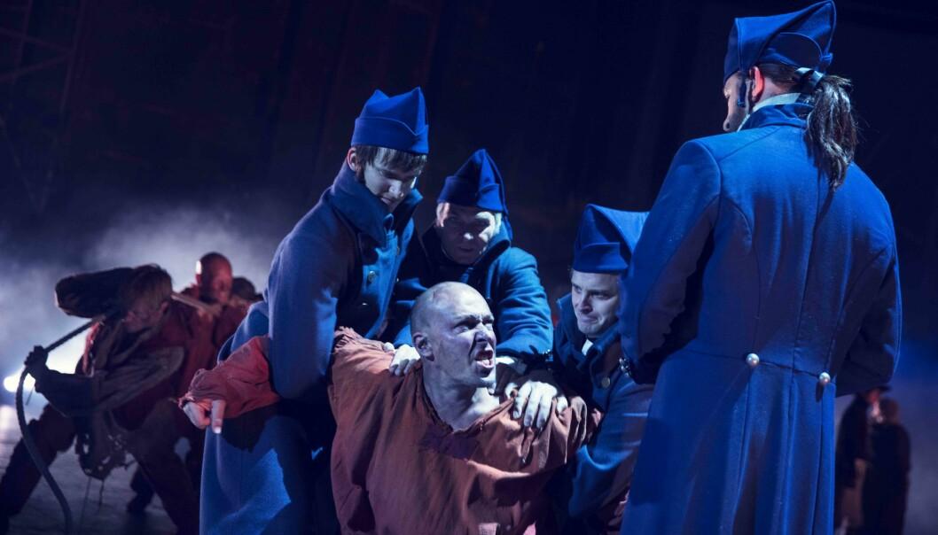EN IDEELL JEAN VALJEAN: André Søfteland, i kamp mot Hans Marius Hoff Mittet som Javert. Foto: Fredrik Arff, Scenekvelder
