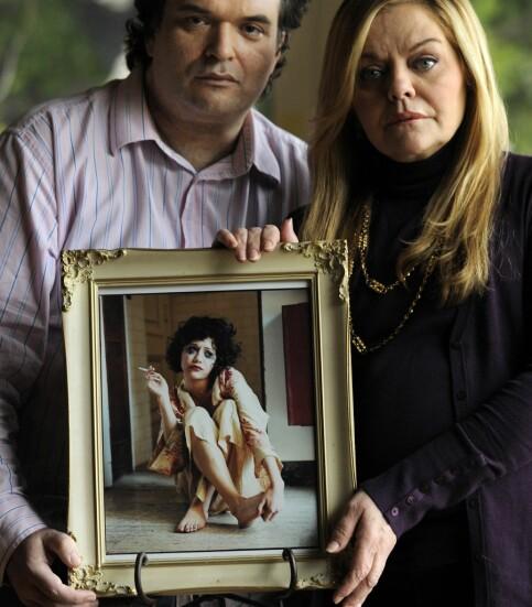 MOTE: Brittany Murphy sa at dette bildet, tatt av Bruce Weber, var favorittbildet hennes av seg selv. Rundt rammen står ektemannen Simon Monjack og mora hennes, Sharon Murphy. Brittany døde i 2009. Foto: AP/ NTB scanpix