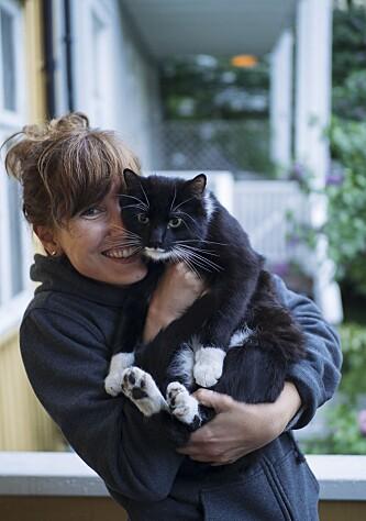 SØT MED KATT: Ellen Sofie Lauritzen tøyser gjerne med egen profilbildebruk på sjekke-appene Tinder og Happn. Men en mann som ikke liker katter kunne aldri funket, forteller hun til KK.no. FOTO: Anne Valeur.