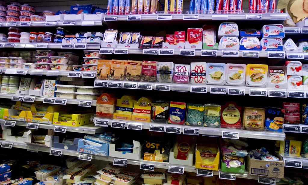 BILLIGERE OST: De fleste matvarer hadde prisnedgang ifølge Konsumprisindeksen for august, men blant varene med størst nedgang var ost, yoghurt, sjokolade og friske bær. Foto: Heiko Junge/Scanpix.