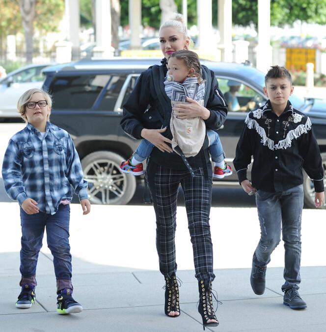 SPORTY MAMMA: Gwen med sønnene Zuma, Apollo og Kingston på vei til kirken i Los Angeles. Foto: NTB Scanpix