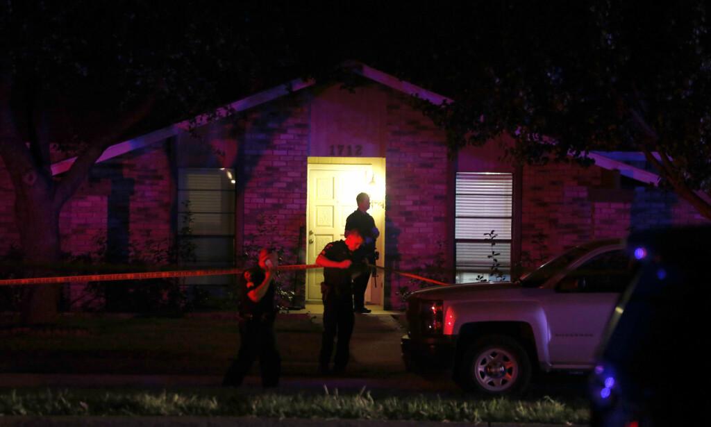 ÅTTE DØDE: Politiet sperrer av hjemmet i Plano i Texas. Ni personer, inkludert gjerningspersonen, mistet livet i masseskytingen her søndag kveld. Foto: Vernon Bryant / The Dallas Morning News / AP / NTB Scanpix