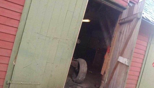 <strong>INNBRUDD:</strong> Tyvene brøt opp døra, ødela låsen og stjal verktøy, en dieselkanon og motorsykkelen. Foto: Privat