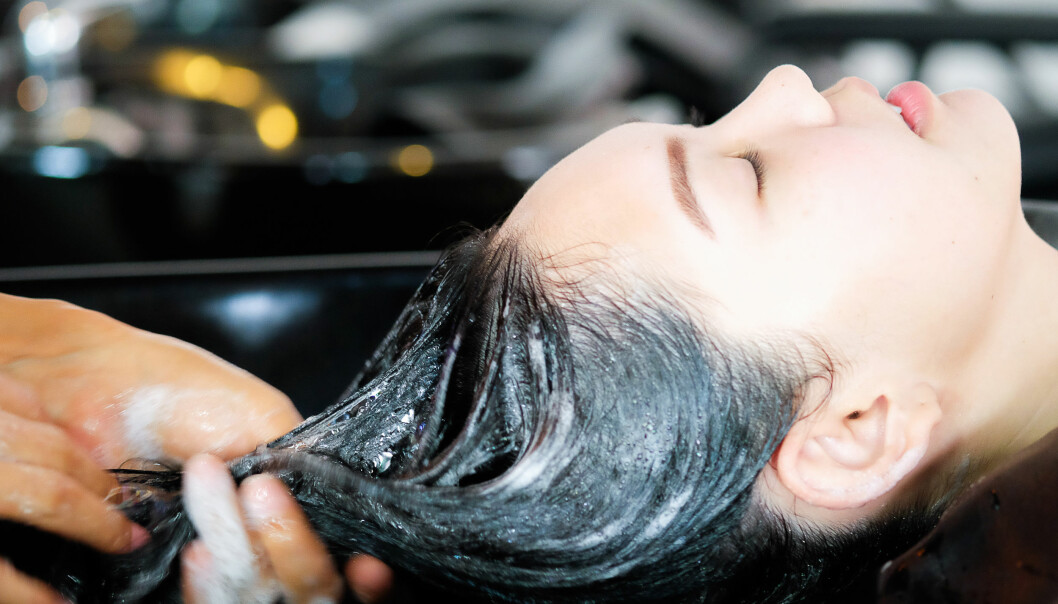 <strong>FARGE HÅRET:</strong> Ifølge frisørene er det ikke krise hvis du møter opp med litt fett hår når det skal farges. FOTO: NTB Scanpix