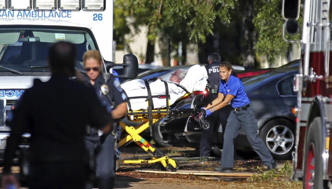<strong>DEFEKT KLIMAANLEGG:</strong> En kvinne trilles inn i en ambulanse etter å ha blitt evakuert fra The Rehabilitation Center i Hollywood Hills onsdag. Pleiehjemmets klimaanlegg sluttet å virke da strømmen gikk på grunn av ekstremværet Irma. Foto: Amy Beth Bennett/South Florida Sun-Sentinel via AP / NTB scanpix