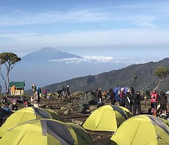 PÅ VEI OPP: På veien opp mot toppen overnattet turgruppen i telt. Foto: Privat