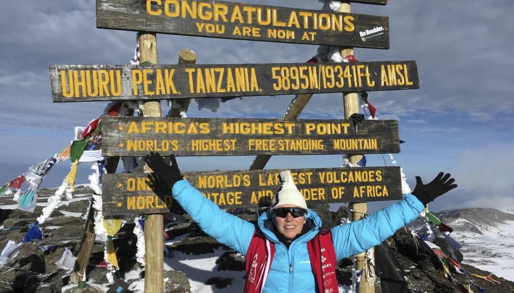 PÅ TOPPEN: Malin lykkelig på toppen av Kilimanjaro. Foto: Privat
