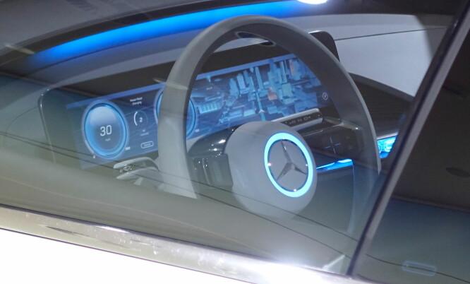 <strong>NY STIL:</strong> Instrumentpanelet i konseptbilen har gjennomgangsfargen blått som dominerer. Vi antar den blå ringen i rattet er spesifikt for konseptet. Foto: Rune M. Nesheim
